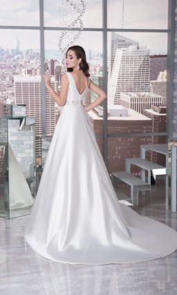 Свадебное платье А-кроя с высоким вырезом под горло и эффектным длинным шлейфом.