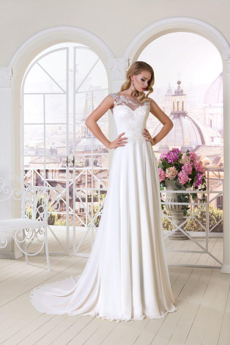 Прямое свадебное платье с лифом в форме сердечка и кружевной вставкой над вырезом.
