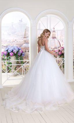 Изысканное свадебное платье «принцесса» с открытым декольте и бисерным декором пояса.