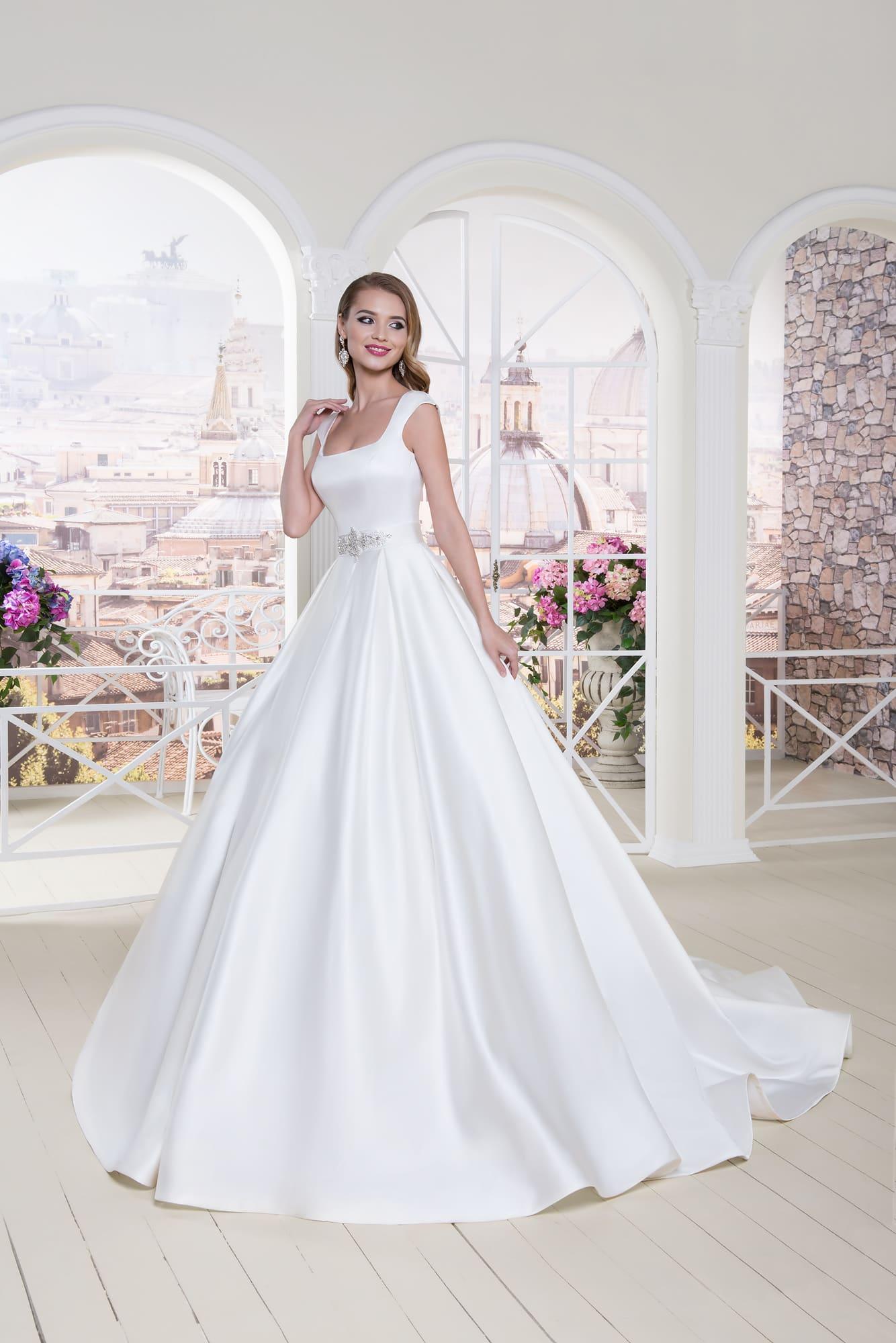 78d83ad1d7878fb Атласное свадебное платье с лаконичным верхом с коротким рукавом и пышной  юбкой со шлейфом.