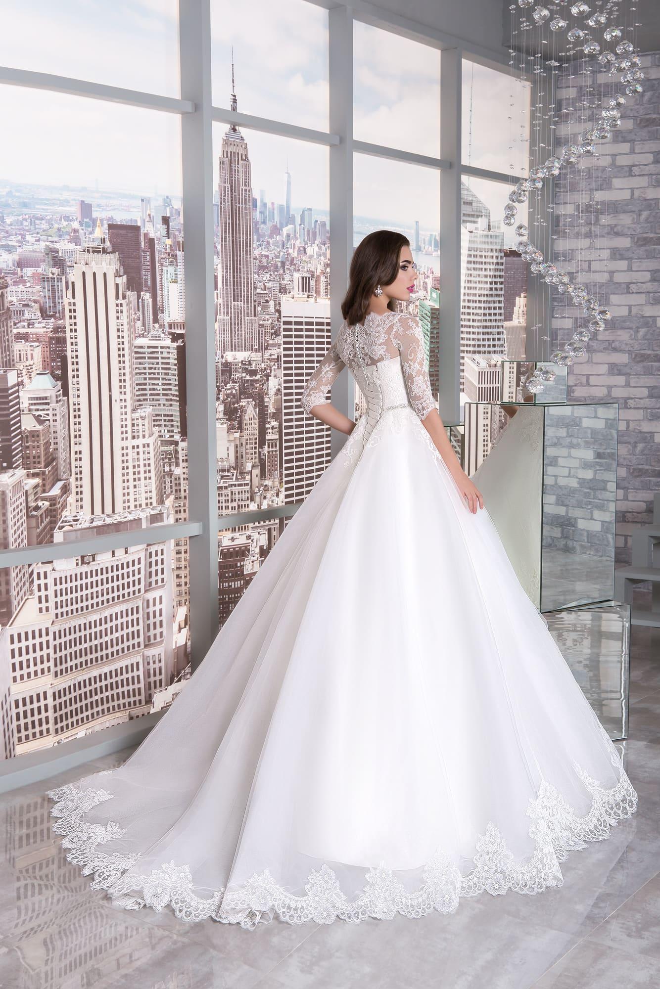 Свадебное платье с кружевным рукавом до локтя и длинным шлейфом.