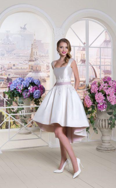 Свадебное платье цвета слоновой кости с укороченным спереди подолом и длинным шлейфом.