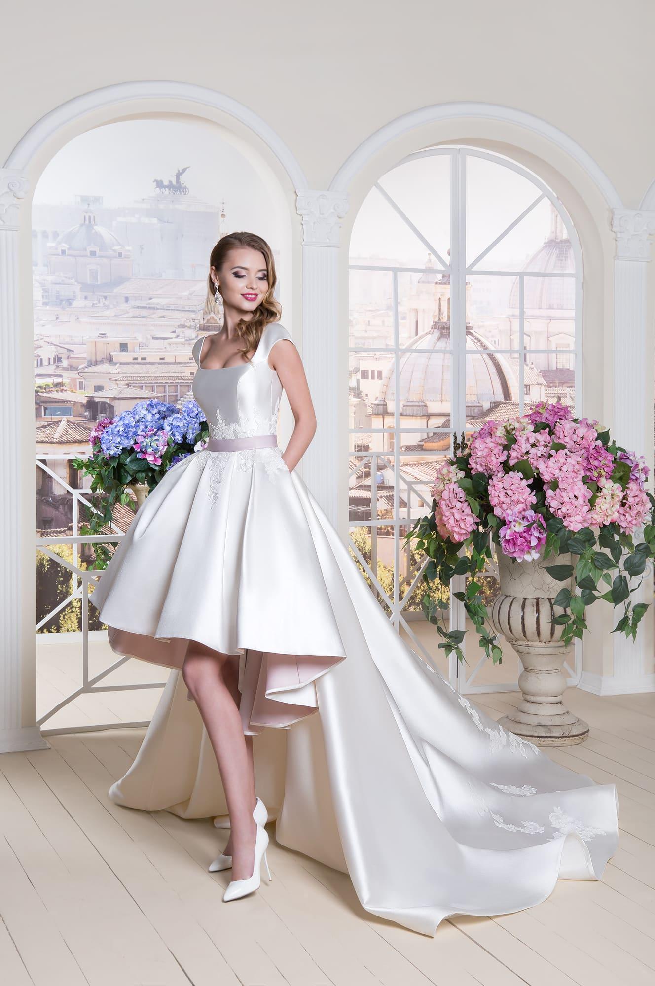 7ee96dd4302 Свадебное платье цвета слоновой кости с укороченным спереди подолом и длинным  шлейфом.