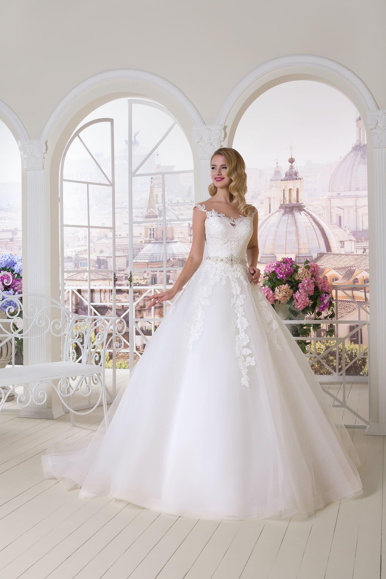 Нежное свадебное платье А-силуэта с открытым лифом и крупными аппликациями по корсету.