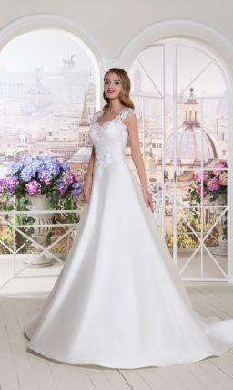 Свадебное платье с чарующим шлейфом и верхом, оформленным кружевом.