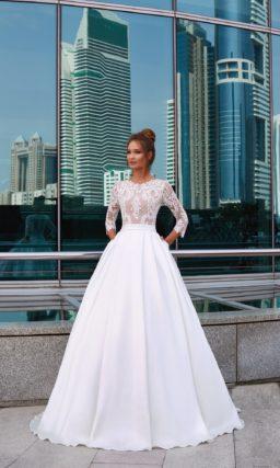 Пышное свадебное платье с рукавом 3/4 и округлым вырезом под горло.