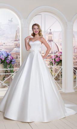 Роскошное свадебное платье с кружевными рукавами и атласной юбкой.