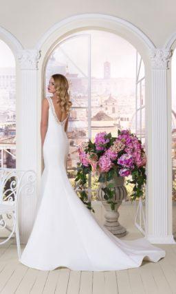 Утонченное свадебное платье из атласной ткани с вырезом «бато», украшенным бисером.