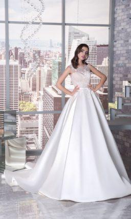 Свадебное платье «принцесса» с белой атласной юбкой и кремовым корсетом с кружевом.