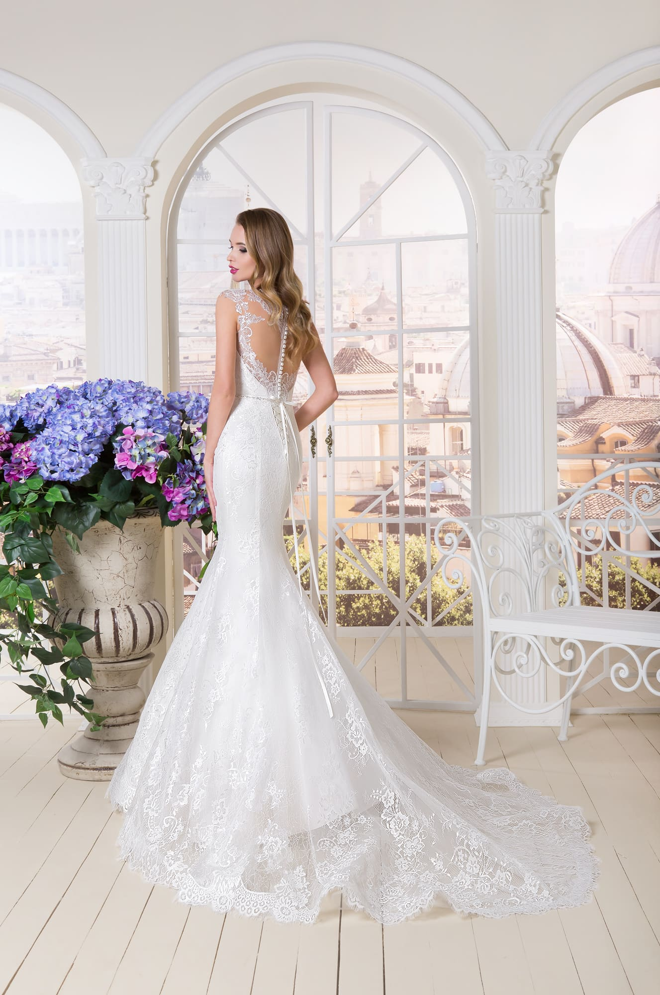 Свадебное платье «русалка» с глубоким декольте, полностью покрытое кружевной тканью.