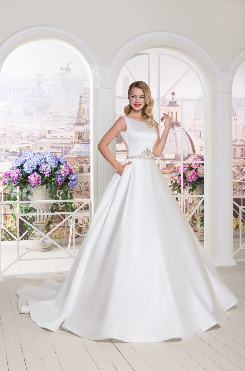 Атласное свадебное платье пышного силуэта с фигурным поясом из бисерной вышивкой.