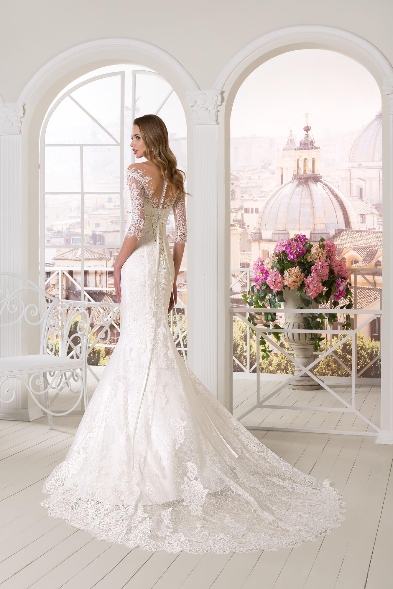Кружевное свадебное платье с V-образным декольте, узким поясом и юбкой «рыбка».