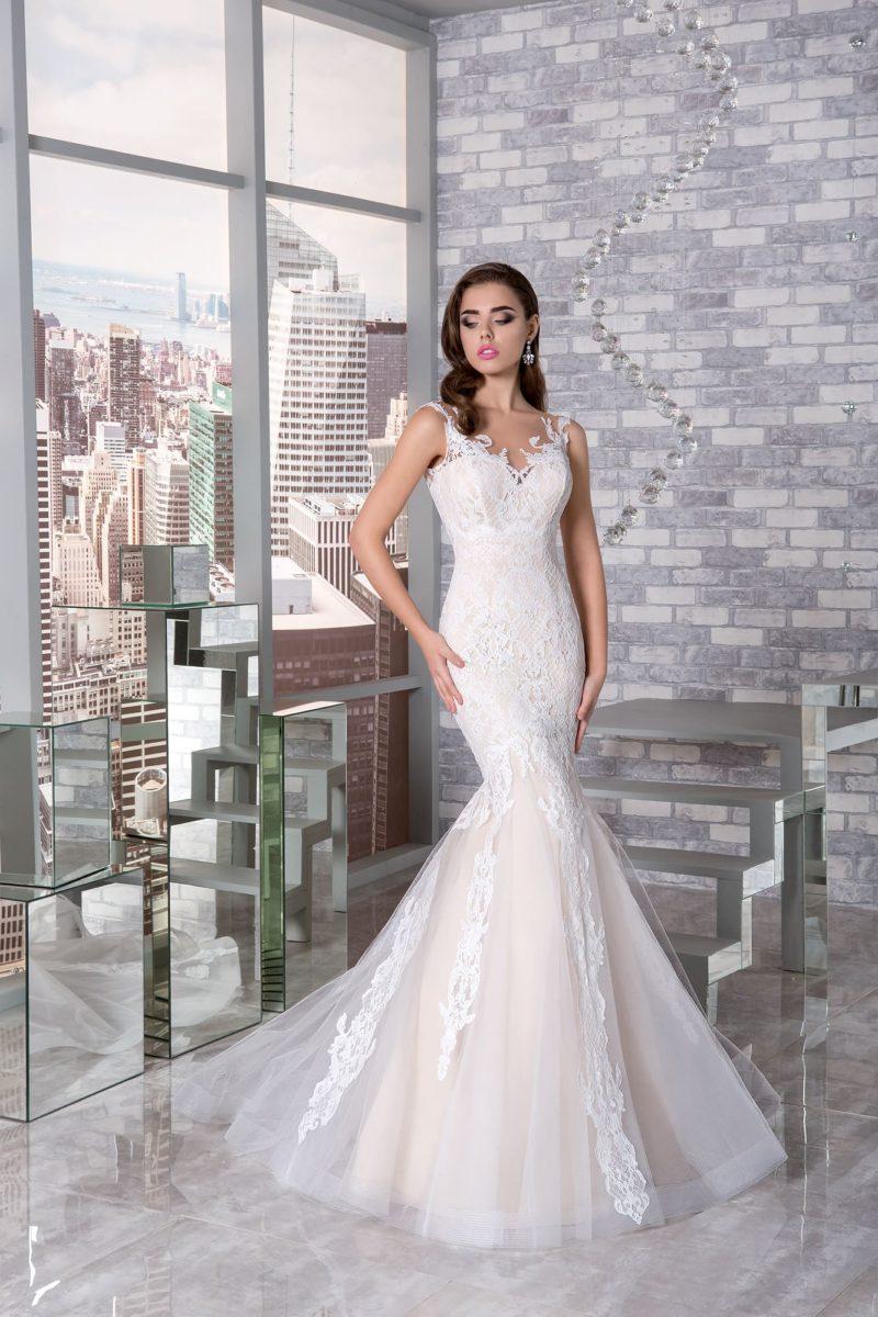 Свадебное платье «русалка» цвета слоновой кости с открытым лифом и кружевным декором.