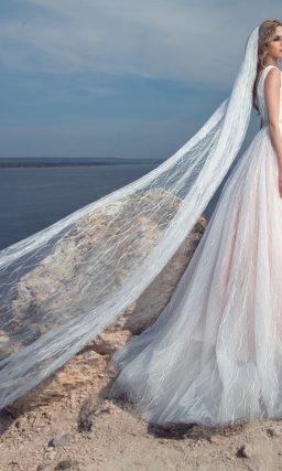 Романтичное свадебное платье А-силуэта с розовым оттенком подкладки и V-образным вырезом.