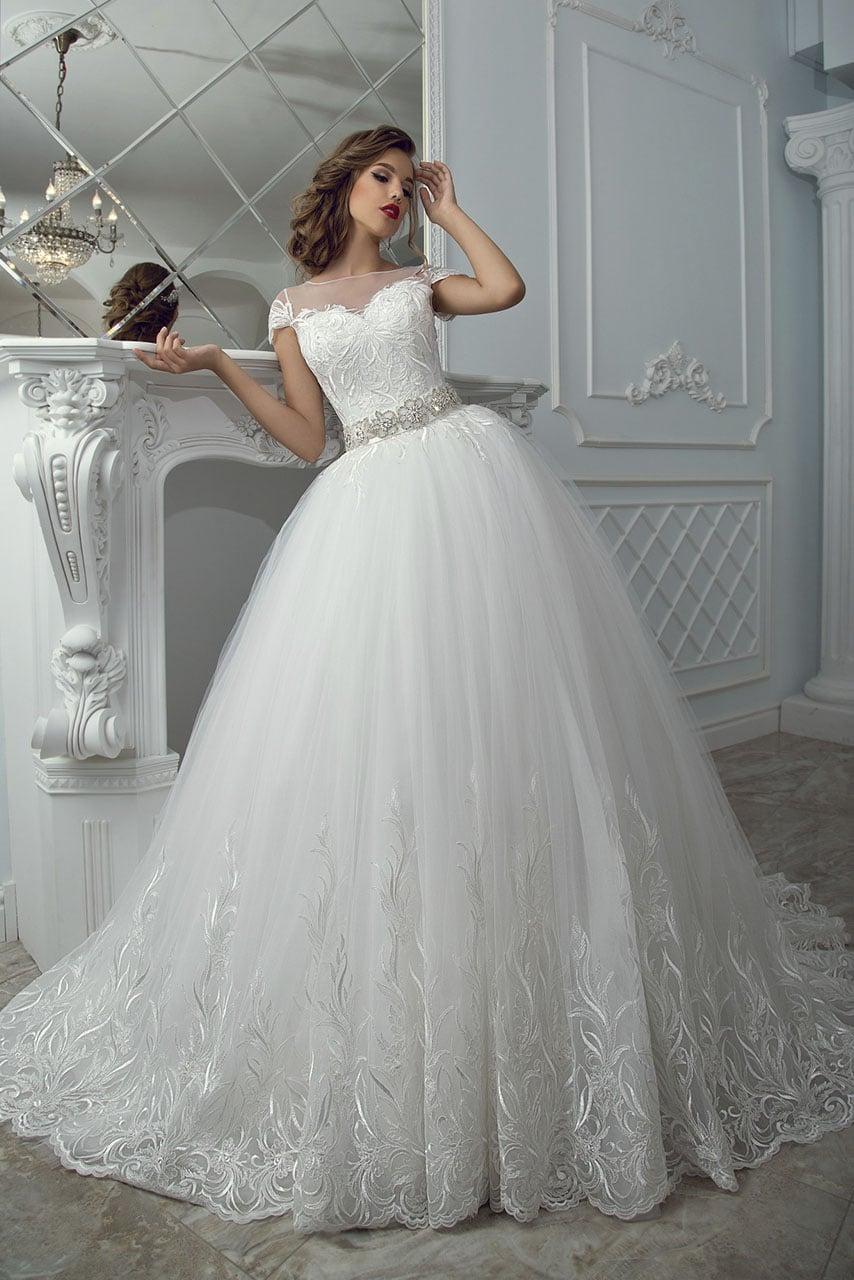 Великолепное свадебное платье пышного кроя с романтичной цветочной вышивкой.