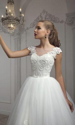 Потрясающее свадебное платье с многослойной юбкой и эффектным вышитым декором.