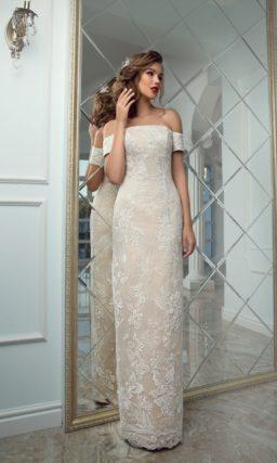 Бежевое свадебное платье женственного прямого кроя с открытым портретным декольте.