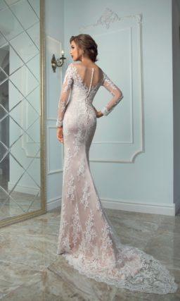 Розовое свадебное платье прямого кроя с пышной верхней юбкой и длинным рукавом.