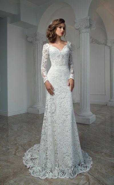 Кружевное свадебное платье с длинным рукавом и юбкой прямого кроя со шлейфом.