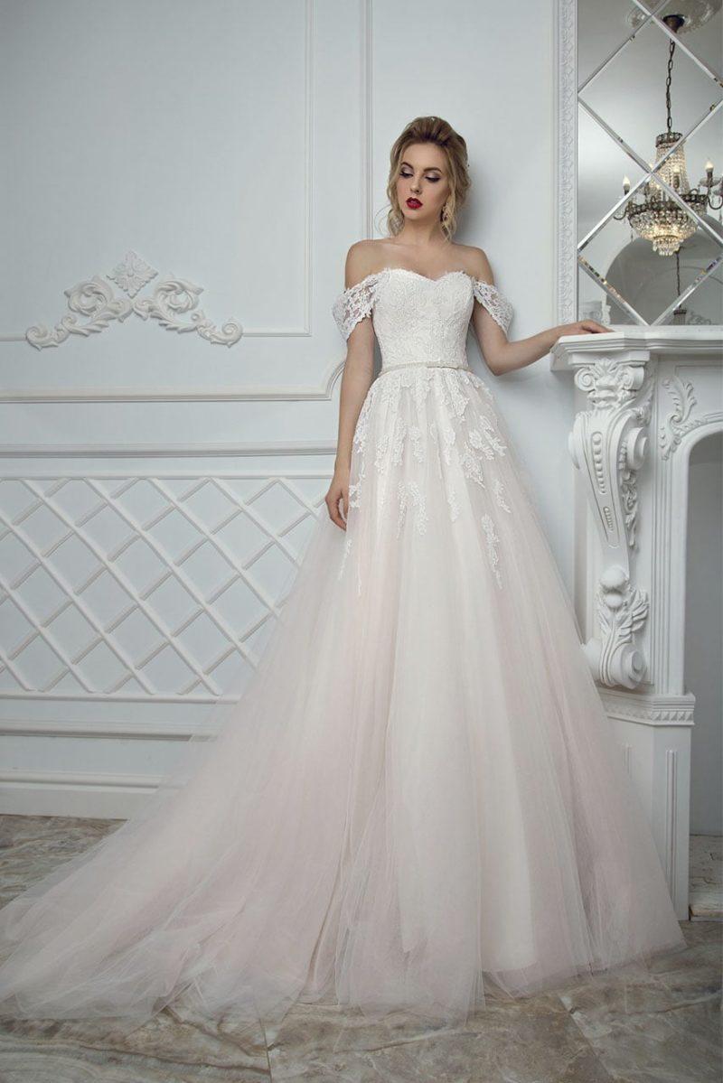 Свадебное платье «принцесса» цвета слоновой кости со спущенными на предплечья бретелями.