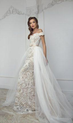 Бежевое свадебное платье облегающего кроя, полностью покрытое белым кружевом.