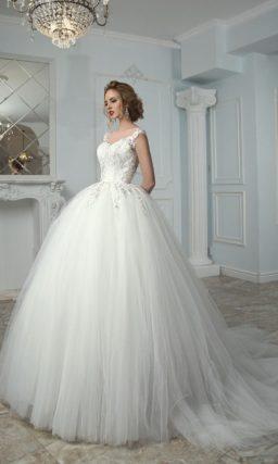 Свадебное платье с глянцевым корсетом с открытым лифом и пышной юбкой со шлейфом.