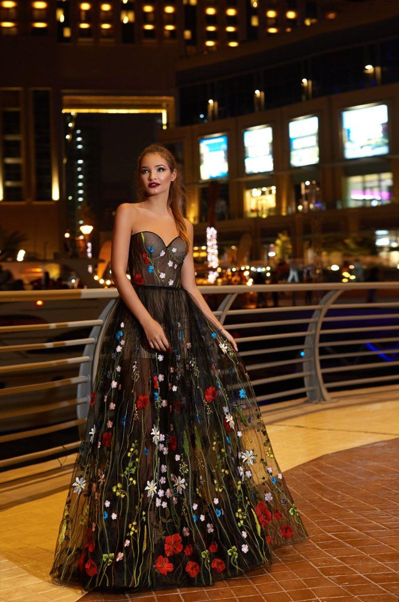 Экстравагантное свадебное платье с лифом в форме сердечка, покрытое тонкой черной тканью.