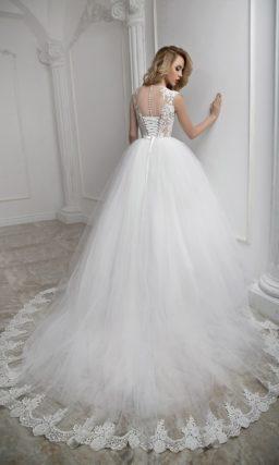 Нежное свадебное платье с белоснежной многослойной юбкой и бежевым верхом.