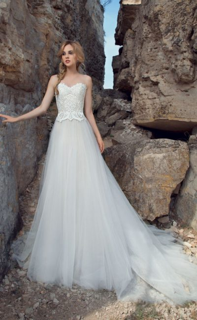 Нежное свадебное платье силуэта «принцесса» с кружевным корсетом с лифом в форме сердца.