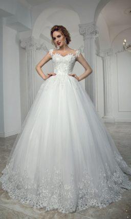 Пышное свадебное платье с кружевной отделкой низа подола и корсета с лифом в форме сердца.