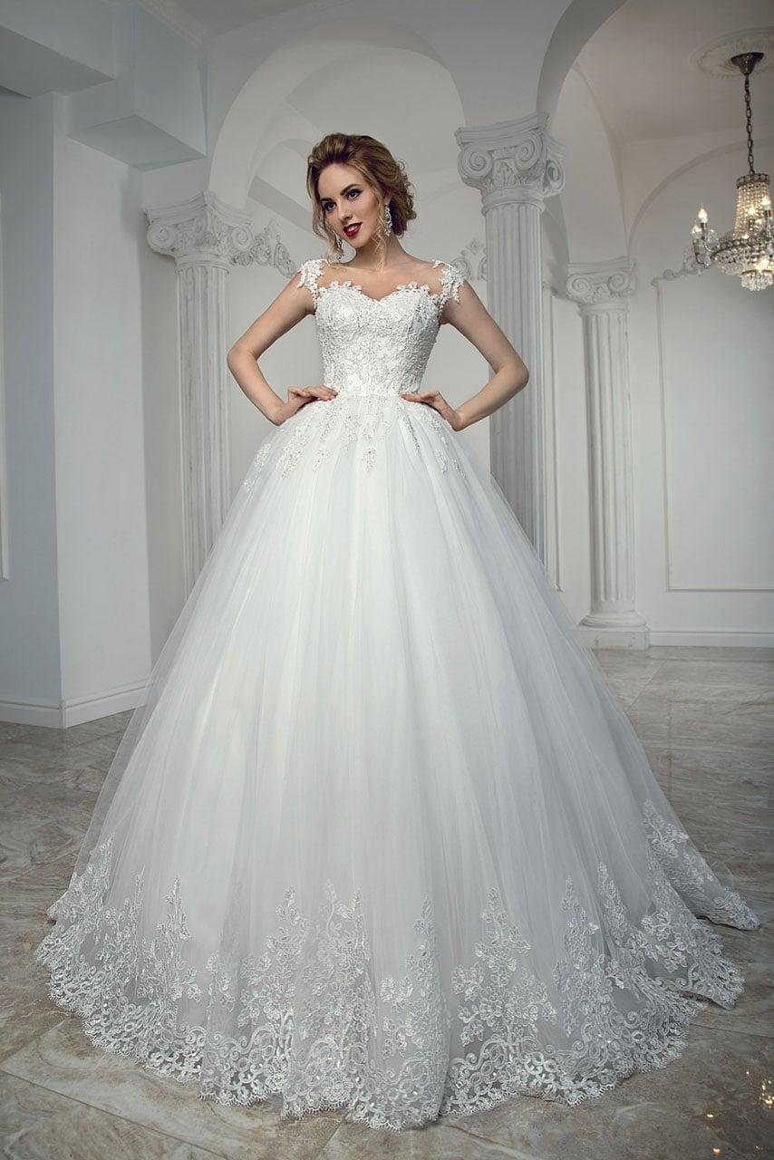 9b63f437aeb Пышное свадебное платье с кружевной отделкой низа подола и корсета с лифом  в форме сердца.