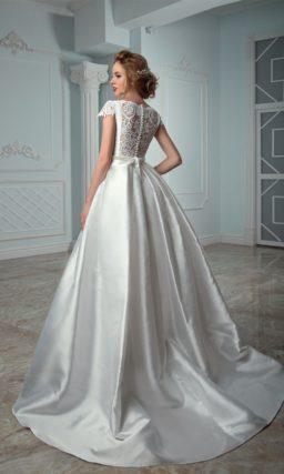 Атласное свадебное платье с закрытым верхом с коротким рукавом и узким поясом на талии.