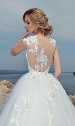 Эффектное свадебное платье пышного кроя с закрытым лифом и отделкой крупными цветами.