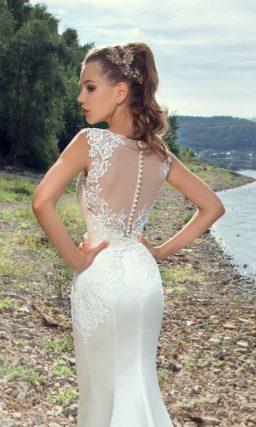 Облегающее свадебное платье «рыбка» с элегантным бежевым верхом и ажурной отделкой.