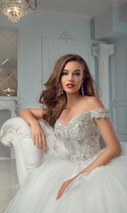 Роскошное свадебное платье с юбкой из тюльмарина и открытым лифом, украшенным бисером.