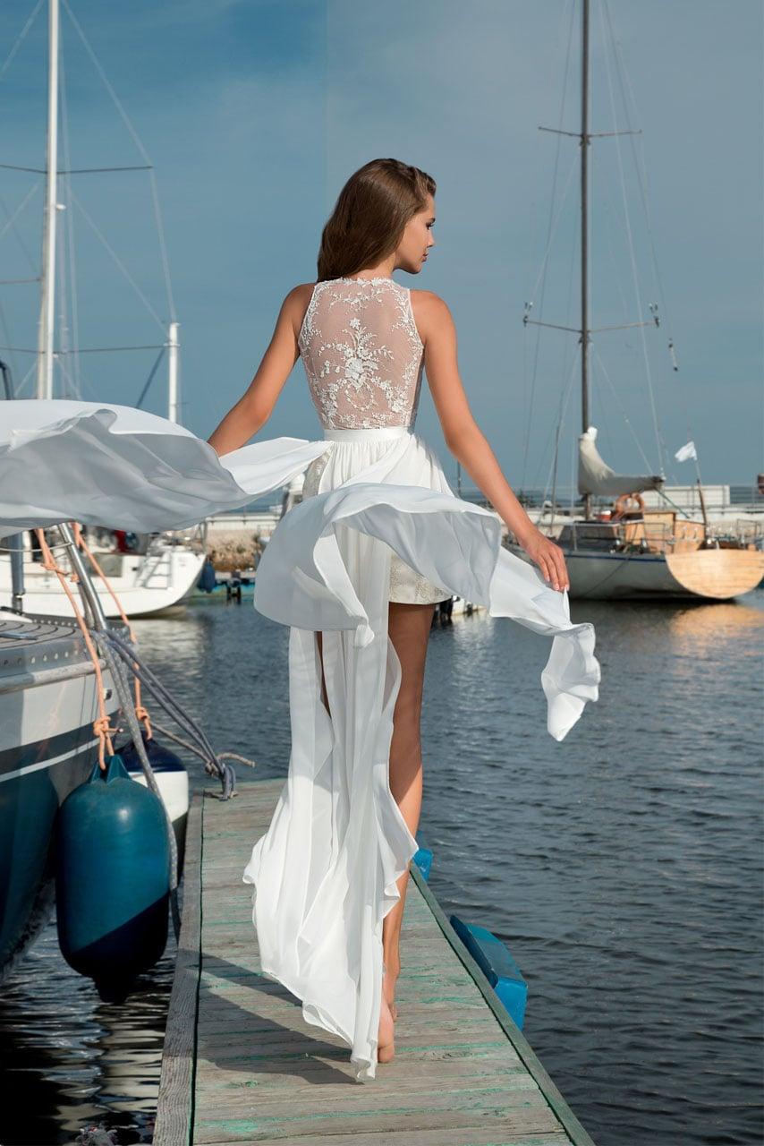 Короткое свадебное платье с шифоновой юбкой с высокими разрезами и широким поясом.