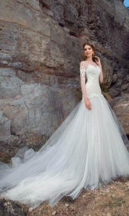 Закрытое свадебное платье «русалка» с эффектным шлейфом и длинным прозрачным рукавом.