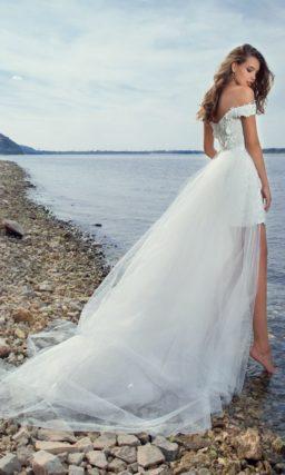 Короткое кружевное свадебное платье с пышной верхней юбкой и роскошными бретелями.