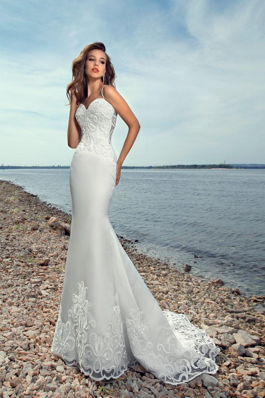 27d250774ed Атласное свадебное платье облегающего кроя с небольшим шлейфом и тонкой  вставкой сзади.