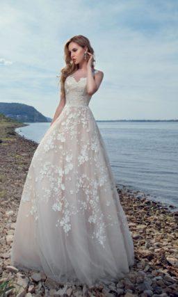 Бежевое свадебное платье «принцесса» с изящным декольте и белыми аппликациями.