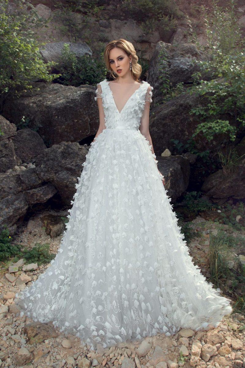 Фактурное свадебное платье с объемным декором и женственным вырезом.