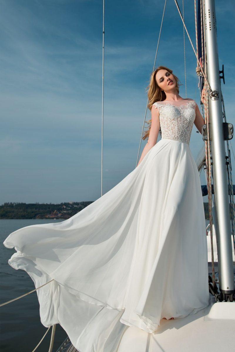 Прямое свадебное платье с шифоновой юбкой и закрытым верхом, покрытым кружевом.