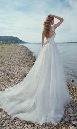 Пышное свадебное платье с романтичным бежевым корсетом, украшенным тонким кружевом.