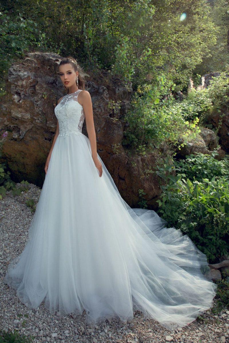 Свадебное платье «принцесса» с вырезом под горло и ажурной вставкой на спинке.