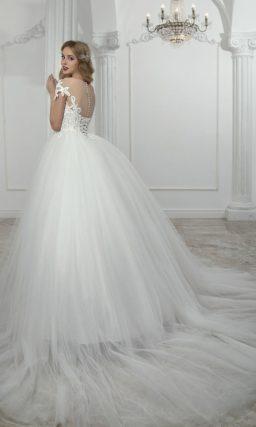 Торжественное свадебное платье с фактурной отделкой корсета и коротким рукавом.