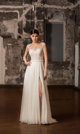 Свадебное платье с кружевным верхом и прямой юбкой.