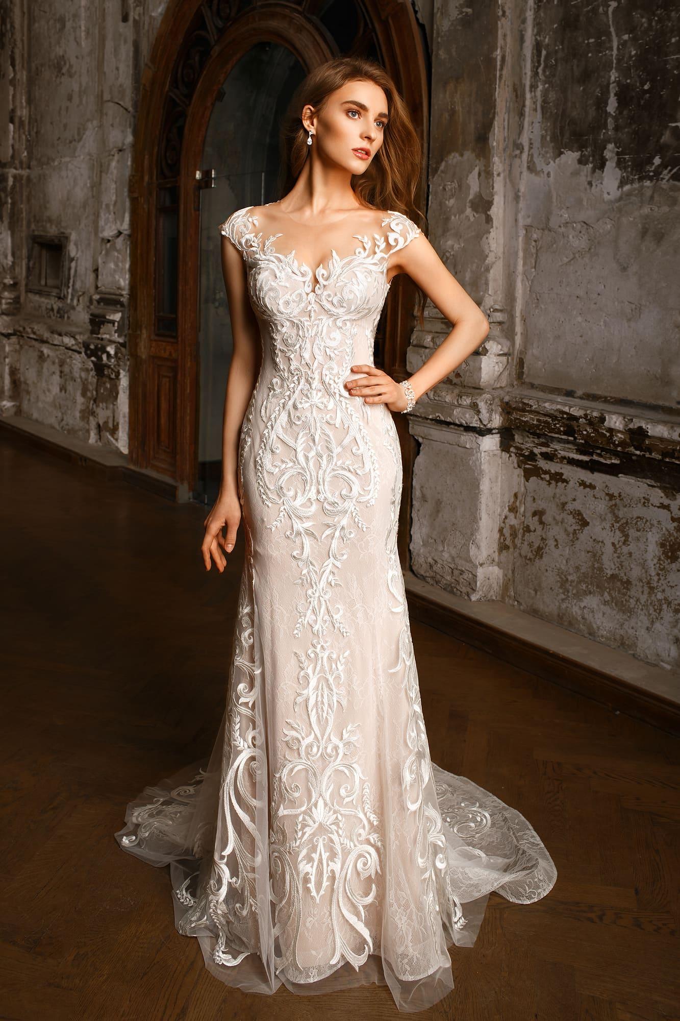 Розовое свадебное платье с потрясающим кружевным декором, верхней юбкой и коротким рукавом.