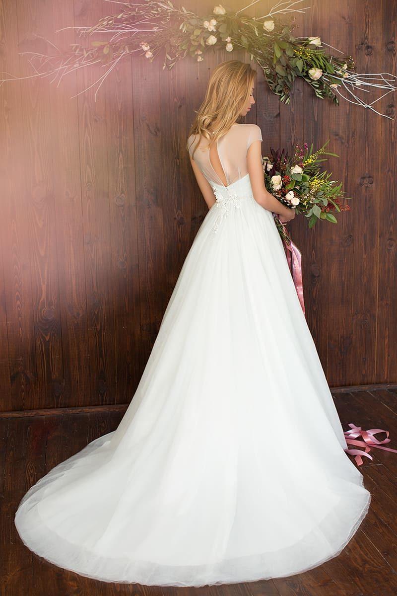 Элегантное свадебное платье А-силуэта с нежными аппликациями и открытым лифом в форме сердца.