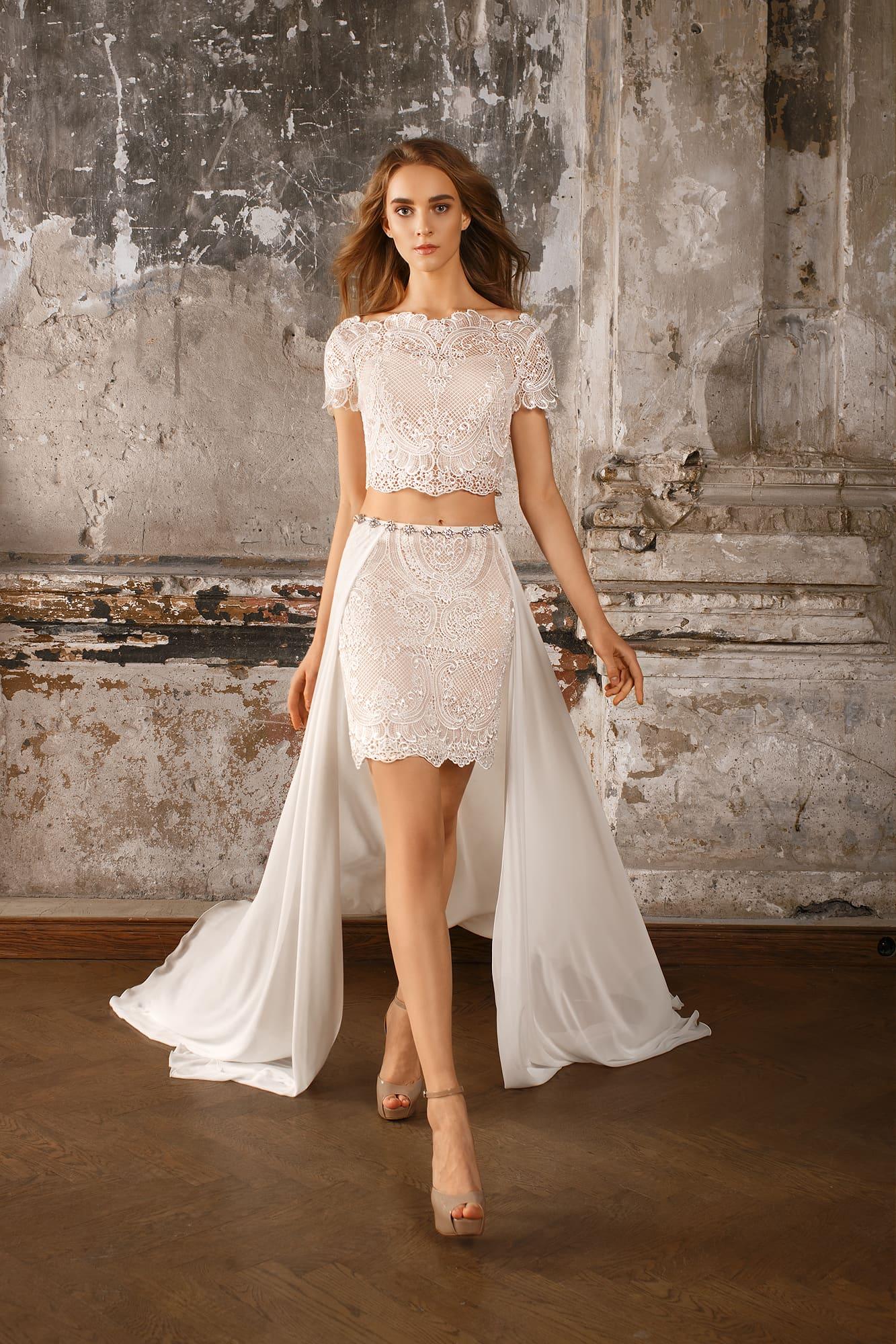 50111a7c71a Свадебное платье с укороченным топом из кружева и короткой юбкой с  шифоновым шлейфом.
