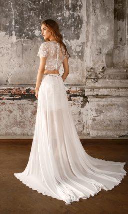 Свадебное платье с укороченным топом из кружева и короткой юбкой с шифоновым шлейфом.
